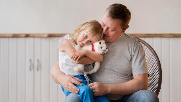 Vooraanzicht van mooie kleindochter en grootvader