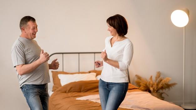 Vooraanzicht van mooie man en vrouw dansen