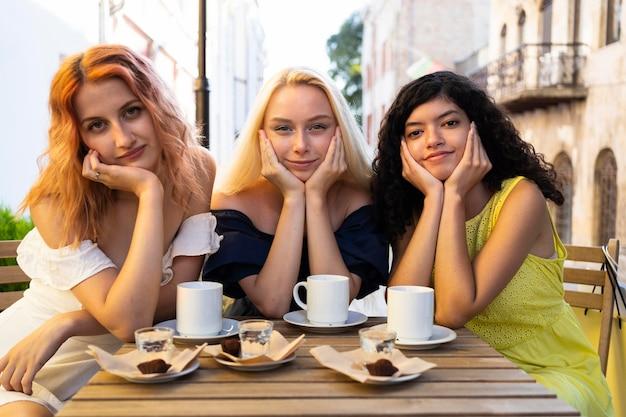Vooraanzicht van mooie meisjes bij restaurant