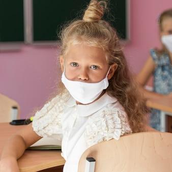 Vooraanzicht van mooie meisjes met gezichtsmasker