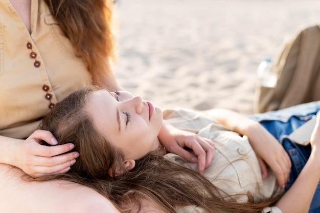 Vooraanzicht van mooie meisjes op het strand