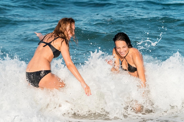 Vooraanzicht van mooie meisjes op strand