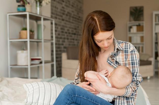 Vooraanzicht van mooie moeder en kind
