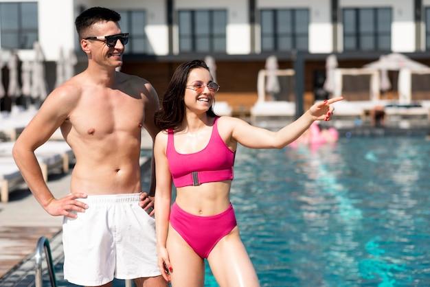 Vooraanzicht van mooie paar bij zwembad