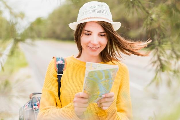 Vooraanzicht van mooie reizende vrouw