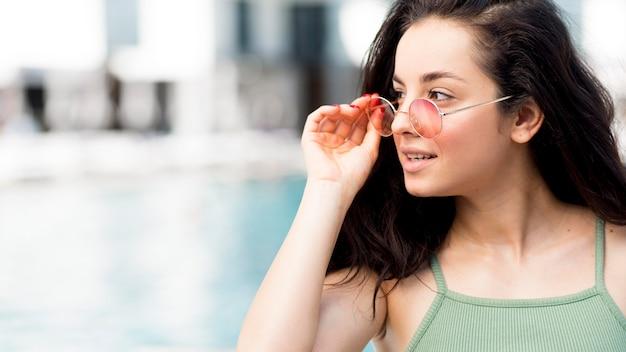 Vooraanzicht van mooie vrouw bij zwembad