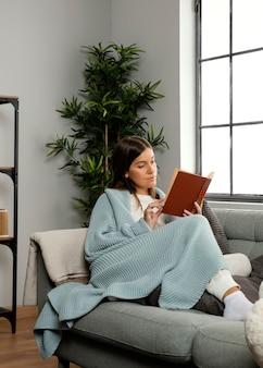 Vooraanzicht van mooie vrouw die een boek leest
