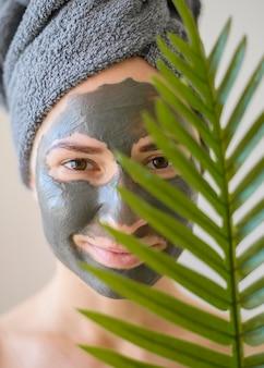 Vooraanzicht van mooie vrouw die gezichtsmasker draagt
