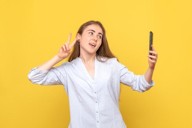 Vooraanzicht van mooie vrouw die selfie neemt
