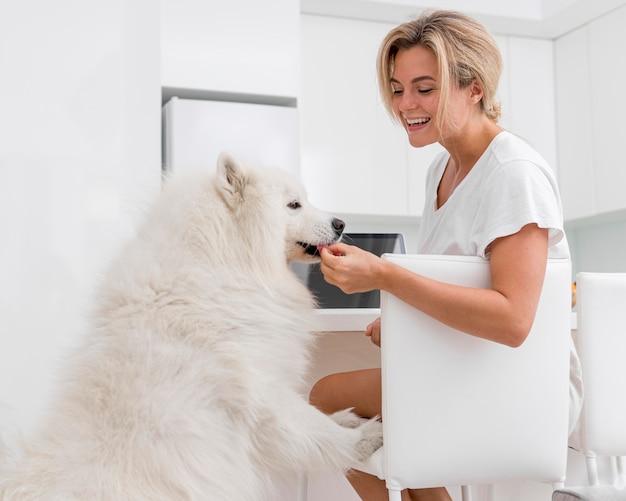 Vooraanzicht van mooie vrouw en hond