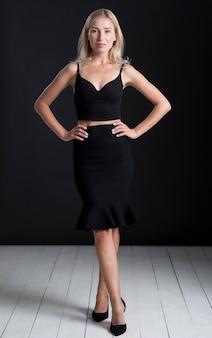 Vooraanzicht van mooie vrouw in zwarte jurk