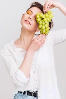 Vooraanzicht van mooie vrouw met druiven