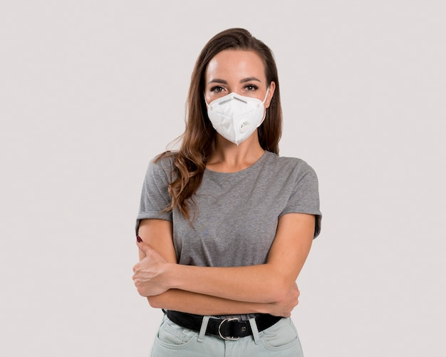 Vooraanzicht van mooie vrouw met gezichtsmasker