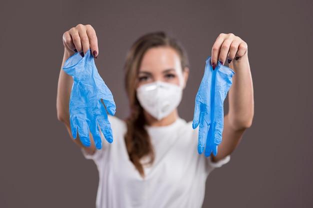 Vooraanzicht van mooie vrouw met handschoenen