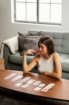 Vooraanzicht van mooie vrouw met kaarten