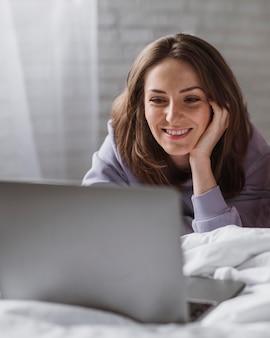 Vooraanzicht van mooie vrouw op laptop