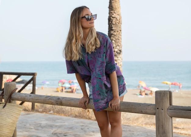 Vooraanzicht van mooie vrouw op strand