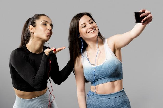 Vooraanzicht van mooie vrouwen die selfie maken