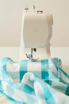 Vooraanzicht van naaimachine en textiel