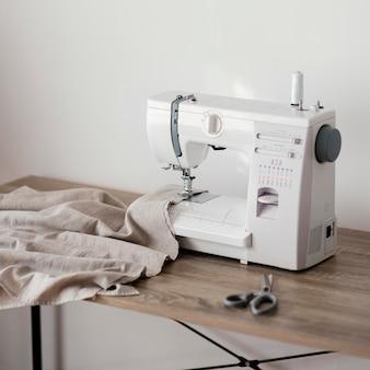 Vooraanzicht van naaimachine op tafel