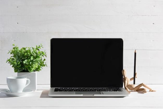 Vooraanzicht van notebook en kopje koffie. inspiratie en mock-up concept