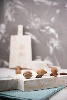 Vooraanzicht van noten op cutboard
