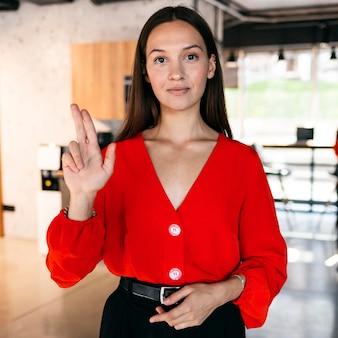 Vooraanzicht van onderneemster die gebarentaal gebruikt