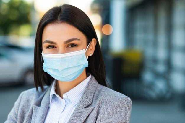 Vooraanzicht van onderneemster met medisch masker