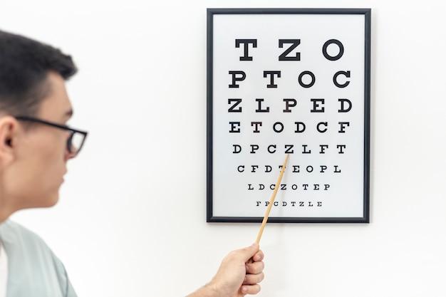 Vooraanzicht van oogtest met specialist