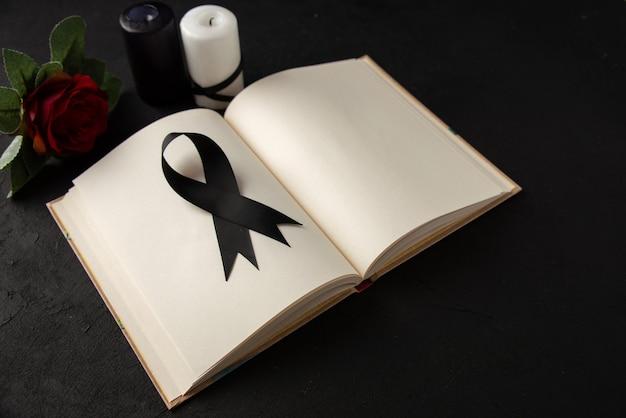 Vooraanzicht van open boek met zwart