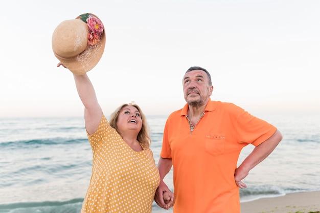 Vooraanzicht van ouder toeristenpaar bij het strand