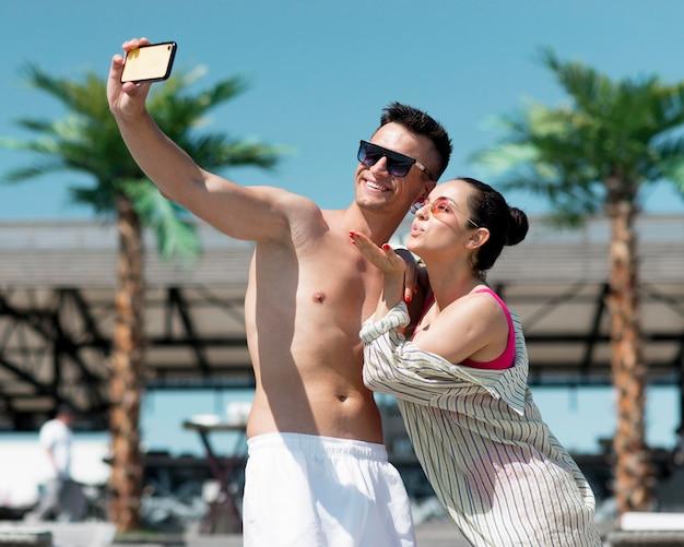 Vooraanzicht van paar dat een selfie neemt