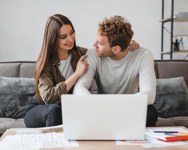 Vooraanzicht van paar dat plannen maakt om het huis samen te verbouwen