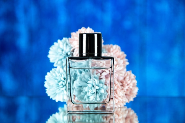 Vooraanzicht van parfumfles bloemen op blauwe wazige achtergrond
