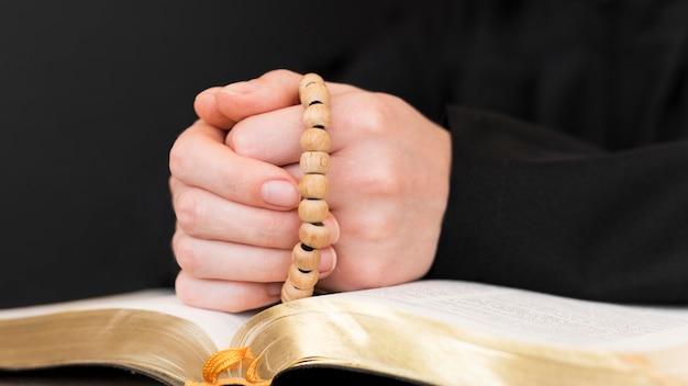Vooraanzicht van persoon die met rozentuin bidt