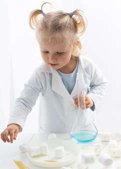Vooraanzicht van peuter die over wetenschap leert met marshmallows