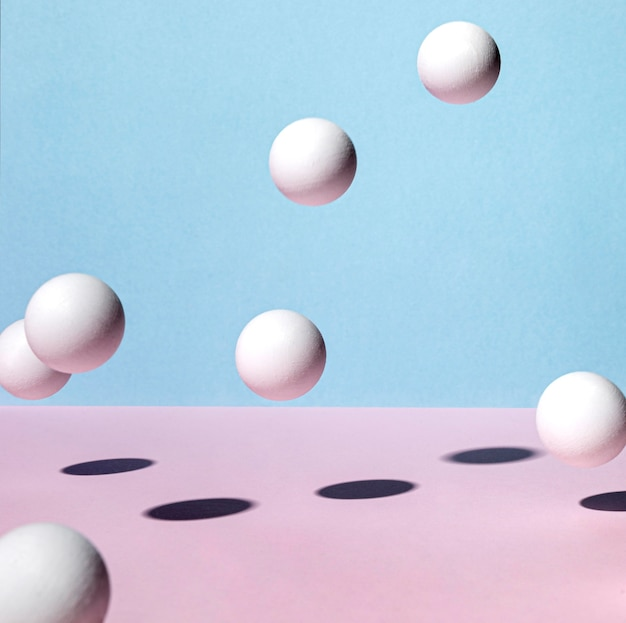 Vooraanzicht van pingpongballen die rond stuiteren