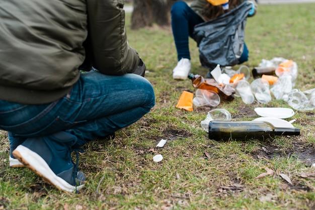 Vooraanzicht van plastic bekers en flessen