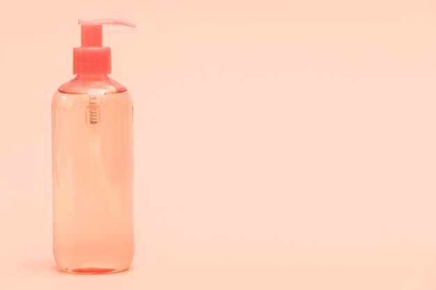 Vooraanzicht van plastic fles met handdesinfecterend middel en exemplaarruimte