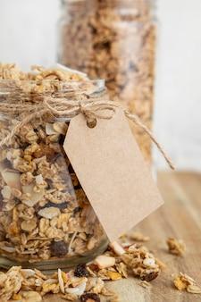 Vooraanzicht van potten met ontbijtgranen en label