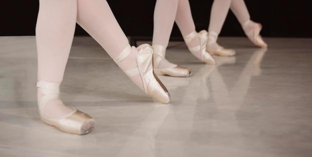 Vooraanzicht van professionele ballerina's die in pointe-schoenen repeteren