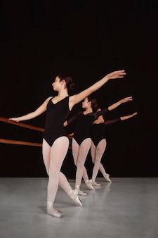 Vooraanzicht van professionele ballerina's die samen repeteren