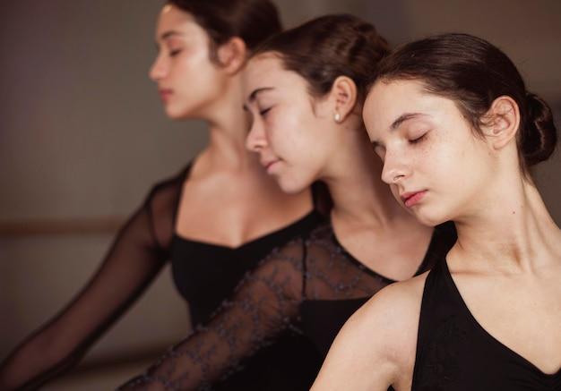 Vooraanzicht van professionele balletdansers in maillots