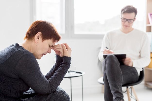 Vooraanzicht van psycholoog die een patiënt raadpleegt