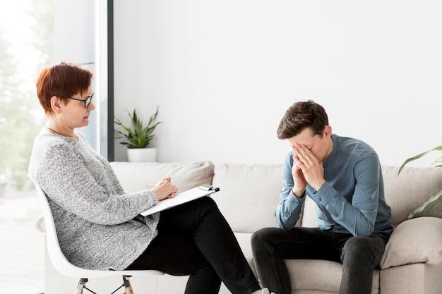 Vooraanzicht van psycholoog en patiënt