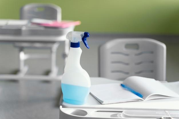 Vooraanzicht van reinigingsoplossing op schoolbank