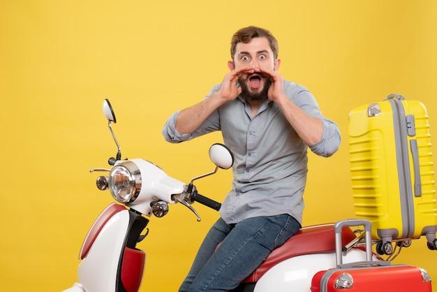Vooraanzicht van reisconcept met nerveuze jongeman zittend op moto met koffers erop iemand op geel te roepen