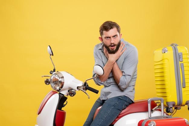 Vooraanzicht van reisconcept met uitgeputte jongeman zittend op moto met koffers erop, zichzelf verstikkend op geel