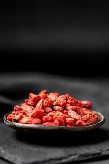 Vooraanzicht van rood gedroogd fruitconcept