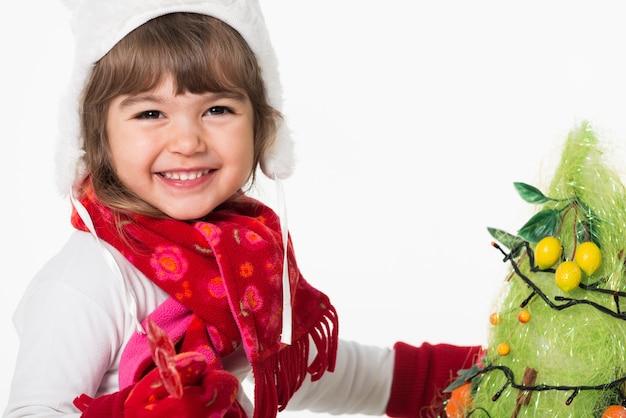 Vooraanzicht van schattig blij kind kerstboom versieren.